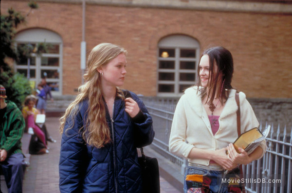 10 Things I Hate About You - Publicity still of Susan May Pratt & Julia Stiles