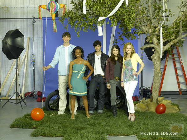 10 Things I Hate About You - Promo shot of Nicholas Braun, Meaghan Jette Martin, Dana Davis, Lindsey Shaw & Ethan Peck