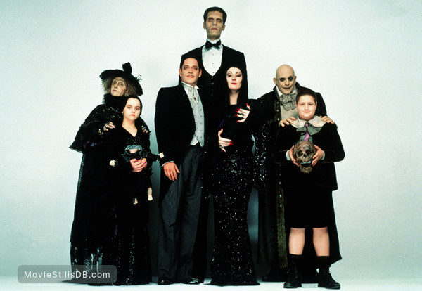 Addams Family Values - Promo shot of Christina Ricci, Christopher Lloyd, Anjelica Huston, Raúl Juliá, Jimmy Workman, Carel Struycken, Carol Kane, Kaitlyn Hooper & Kristen Hooper