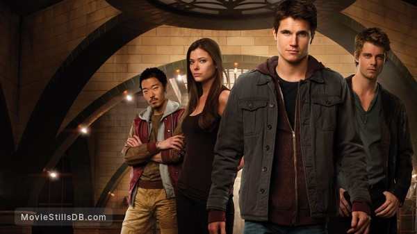 The Tomorrow People - Promo shot of Peyton List, Luke Mitchell, Aaron Yoo, Mathieu Young & Robbie Amell