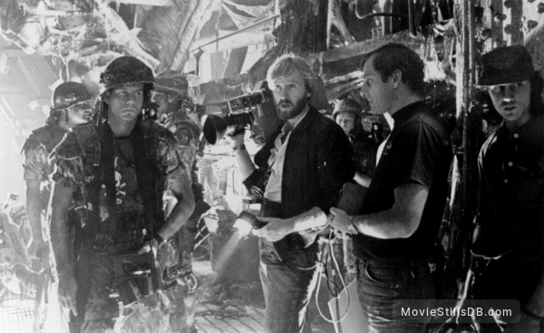 Aliens - Behind the scenes photo of James Cameron & Bill Paxton