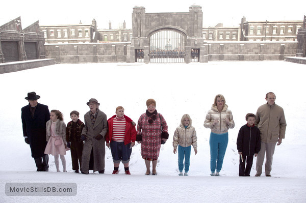 Charlie and the Chocolate Factory - Publicity still of Freddie Highmore, AnnaSophia Robb, David Kelly, James Fox, Adam Godley, Jordan Fry, Julia Winter, Missi Pyle, Franziska Troegner & Philip Wiegratz