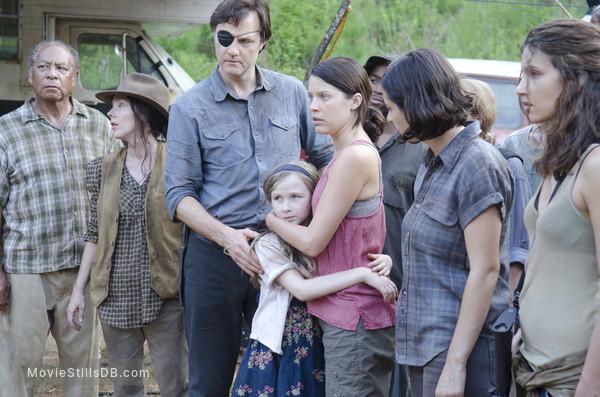 The Walking Dead - Publicity still of David Morrissey, Alanna Masterson, Juliana Harkavy, Meyrick Murphy & Audrey Marie Anderson