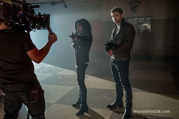 Ash vs Evil Dead - Behind the scenes photo of Dana DeLorenzo & Lindsay Farris