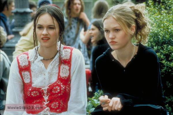 10 Things I Hate About You - Publicity still of Susan May Pratt & Julia Styles