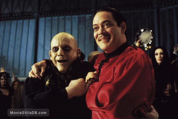 The Addams Family - Publicity still of Christopher Lloyd, Raúl Juliá & Anjelica Huston