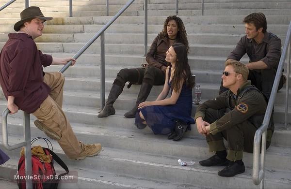 Serenity - Behind the scenes photo of Nathan Fillion, Gina Torres, Alan Tudyk, Summer Glau & Joss Whedon