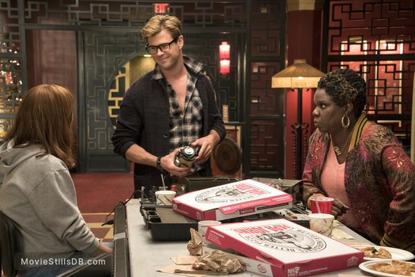 Ghostbusters - Publicity still of Chris Hemsworth & Leslie Jones