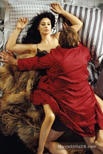 Combien tu m'aimes? - Publicity still of Monica Bellucci & Gérard Depardieu
