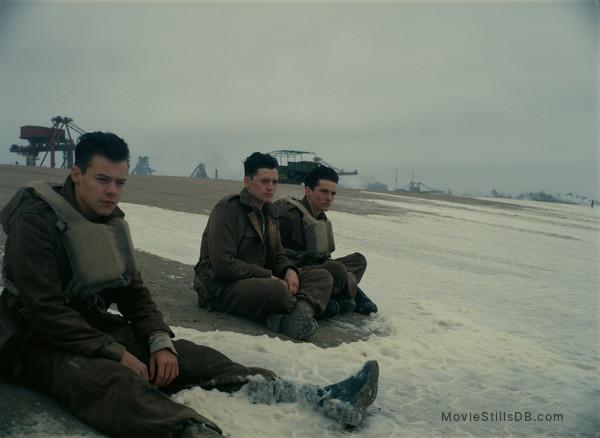 Dunkirk - Publicity still of Aneurin Barnard, Harry Styles & Fionn Whitehead