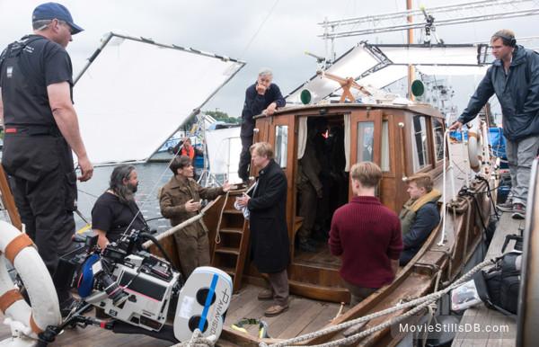 Dunkirk - Behind the scenes photo of Cillian Murphy, Hoyte van Hoytema, Christopher Nolan, Jack Lowden & Tom Glynn-carney