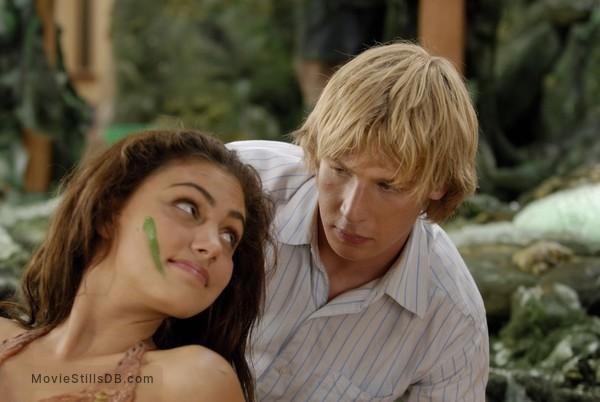 Phoebe tonkin dating angus mclaren