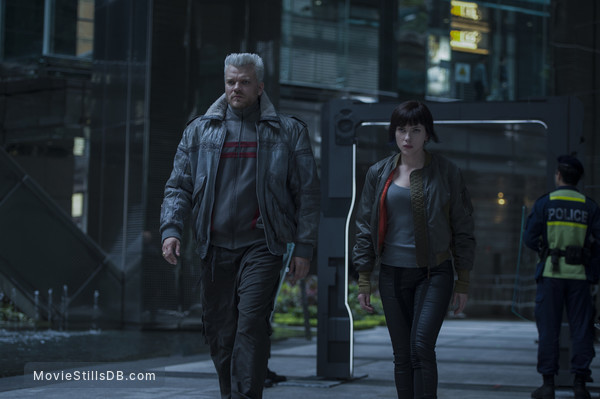 Ghost in the Shell - Publicity still of Scarlett Johansson & Pilou Asbæk