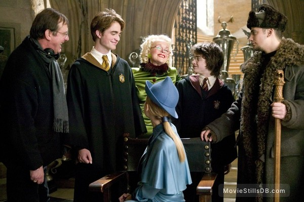 Harry Potter and the Goblet of Fire - Behind the scenes photo of Daniel Radcliffe, Miranda Richardson, Mike Newell, Robert Pattinson & Stanislav Yanevski