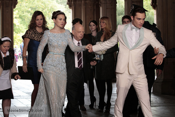 Gossip Girl - Publicity still of Wallace Shawn, Michelle Trachtenberg, Margaret Colin, Blake Lively, Leighton Meester, Chace Crawford, Ed Westwick & Zuzanna Szadkowski