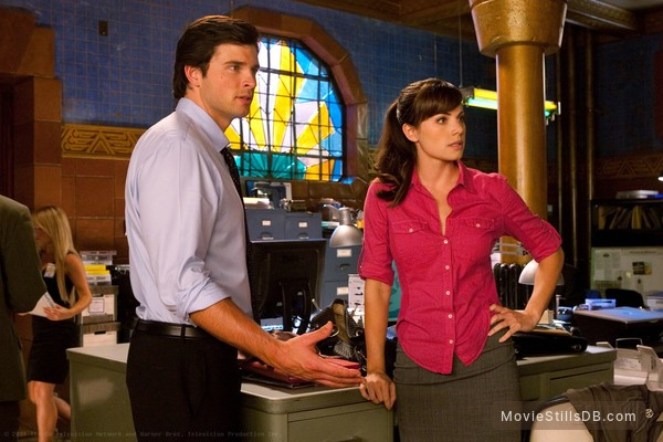 Smallville - Publicity still of Tom Welling & Erica Durance