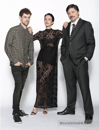 Elvira, te daría mi vida pero la estoy usando - Promo shot of Carlos Bardem, Cecilia Suárez & Luis Gerardo Mendez