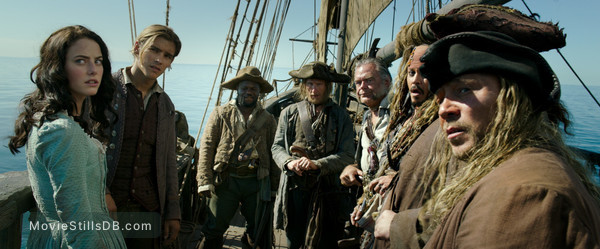 Pirates of the Caribbean: Dead Men Tell No Tales - Publicity still of Johnny Depp, Brenton Thwaites, Kaya Scodelario, Kevin McNally, David Wenham & Martin Klebba