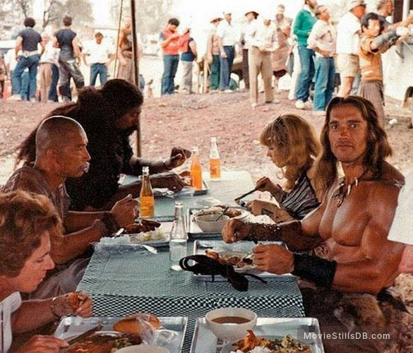 Conan The Destroyer - Behind the scenes photo of Arnold Schwarzenegger, Wilt Chamberlain, Olivia d'Abo & Mako