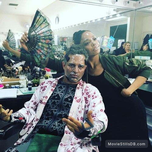Thor: Ragnarok - Behind the scenes photo of Mark Ruffalo & Tessa Thompson