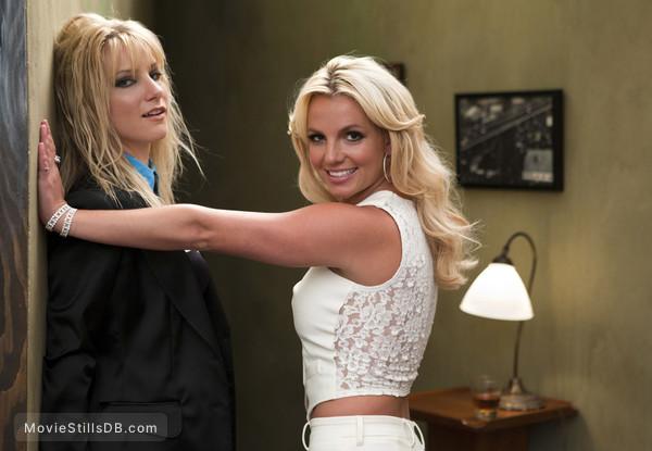 Glee - Behind the scenes photo of Britney Spears & Heather Morris