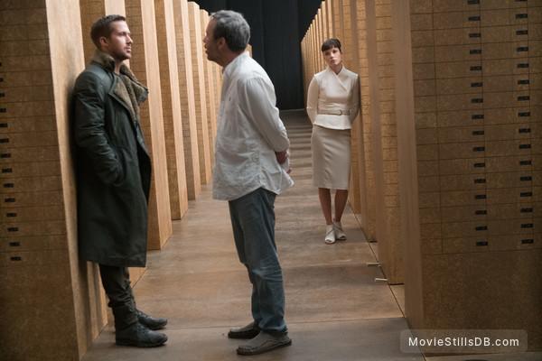Blade Runner 2049 - Behind the scenes photo of Ryan Gosling, Sylvia Hoeks & Denis Villeneuve