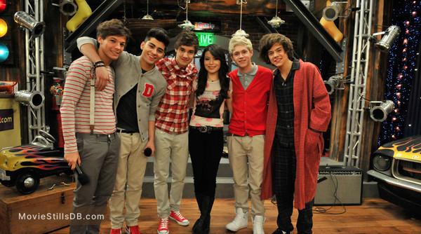 iCarly - Publicity still of Miranda Cosgrove, Liam Payne, Harry Styles, Zayn Malik, Niall Horan & Louis Tomlinson
