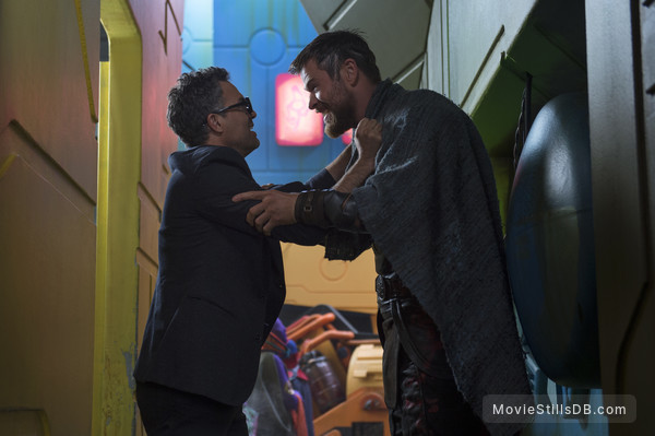 Thor: Ragnarok - Behind the scenes photo of Mark Ruffalo & Chris Hemsworth