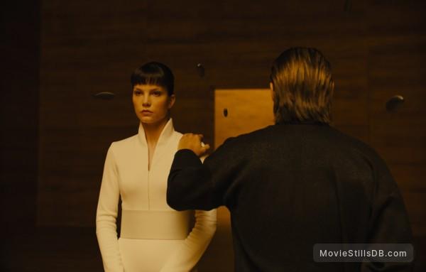 Blade Runner 2049 - Publicity still of Sylvia Hoeks & Jared Leto