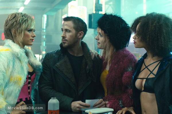 Blade Runner 2049 - Publicity still of Ryan Gosling, Mackenzie Davis, Krista Kosonen & Elarica Johnson