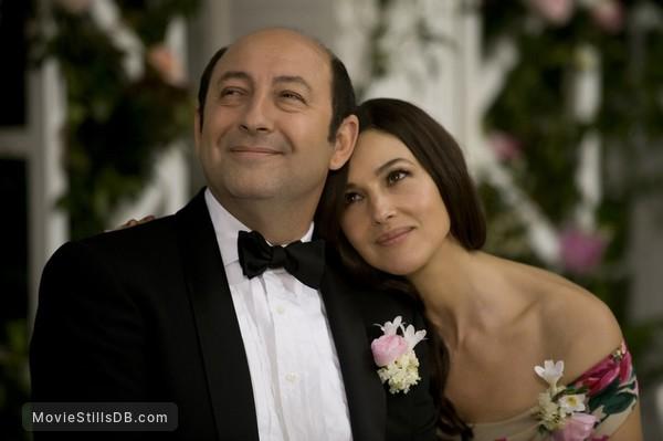 Des gens qui s'embrassent - Publicity still of Kad Merad & Monica Bellucci