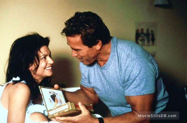 The 6th Day - Publicity still of Arnold Schwarzenegger & Wendy Crewson