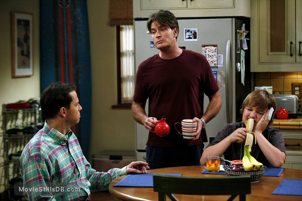 Two and a Half Men - Publicity still of Jon Cryer, Charlie Sheen & Angus T. Jones