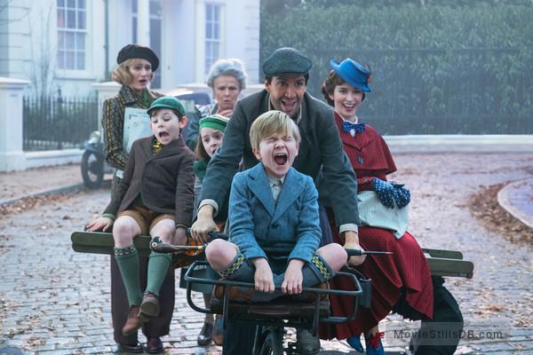 Mary Poppins Returns - Publicity still of Lin-Manuel Miranda, Emily Mortimer, Julie Walters, Emily Blunt, Pixie Davies, Nathanael Saleh & Joel Dawson