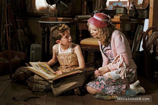Arthur et les Minimoys - Publicity still of Freddie Highmore & Mia Farrow