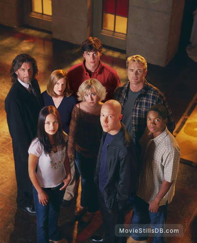 Smallville - Promo shot of Michael Rosenbaum, Tom Welling, Kristin Kreuk, Annette O'Toole, John Glover, Sam Jones III, Allison Mack & John Schneider