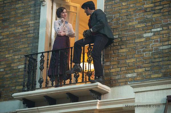 Mary Poppins Returns - Publicity still of Emily Blunt & Lin-Manuel Miranda