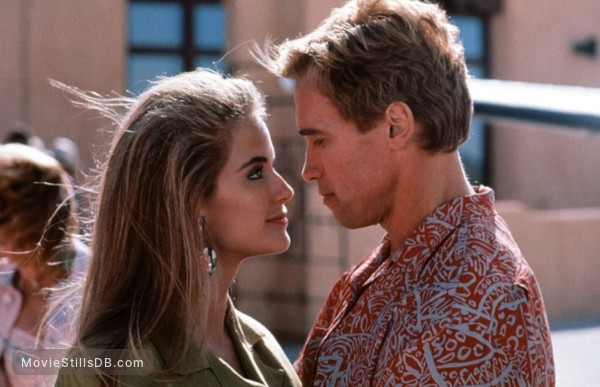 Twins - Publicity still of Arnold Schwarzenegger & Kelly Preston