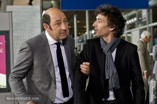 Des gens qui s'embrassent - Publicity still of Eric Elmosnino & Kad Merad